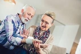 Persona anziana che usa un monitor digitale della pressione sanguigna